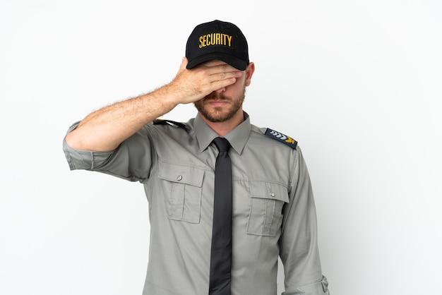 Молодой бразильский человек безопасности изолирован на белом фоне, закрывая глаза руками. не хочу что-то видеть
