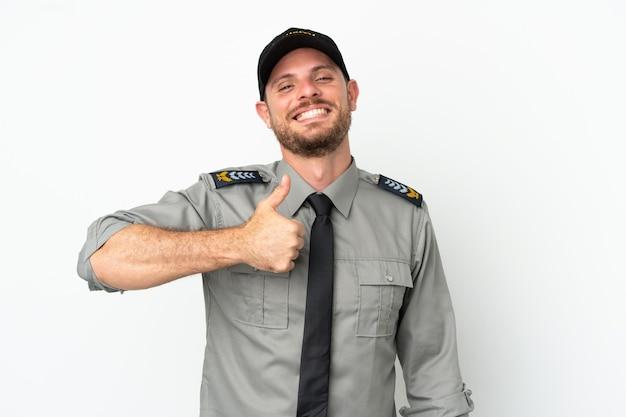 Молодой бразильский мужчина службы безопасности изолирован на белом фоне, показывая жест рукой вверх