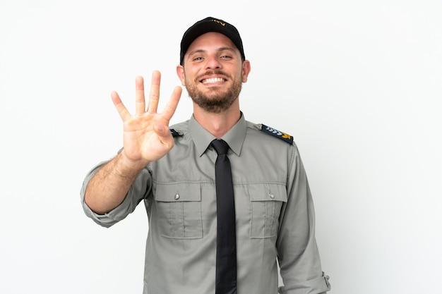 Молодой бразильский человек безопасности изолирован на белом фоне счастлив и считает четыре пальцами