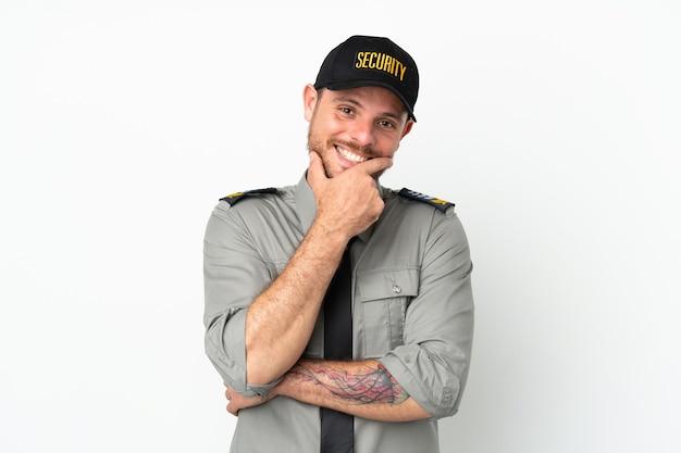 Молодой бразильский человек безопасности изолирован на белом фоне счастливым и улыбается
