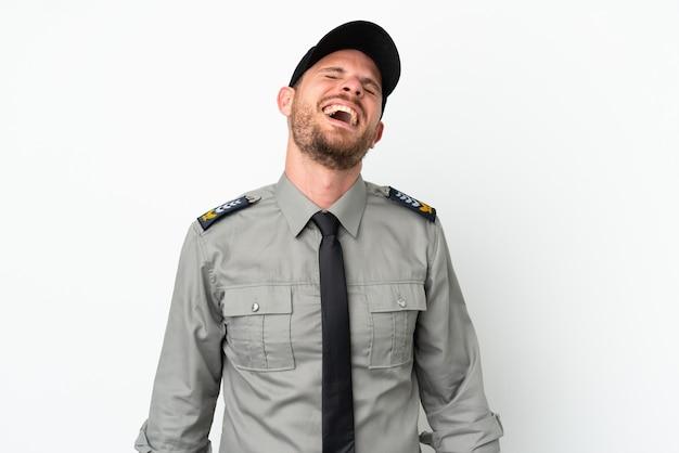 笑っている白い背景で隔離の若いセキュリティブラジル人