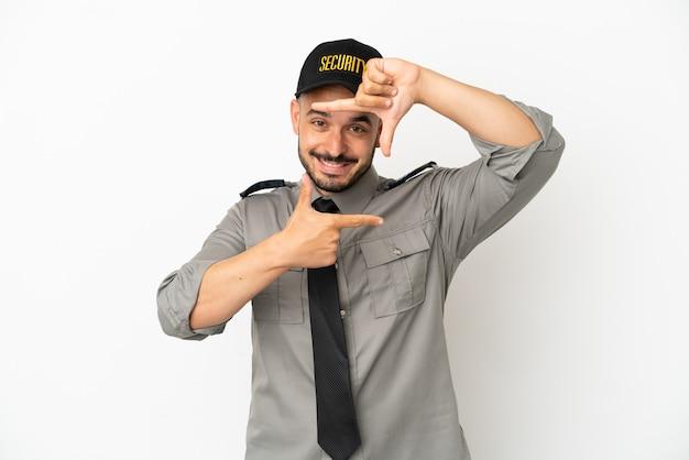Кавказский человек молодой безопасности, изолированные на белом фоне, фокусируя лицо. обрамление символа