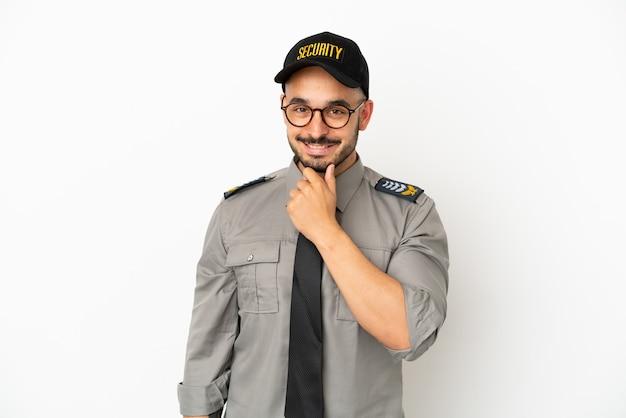 Молодой человек безопасности кавказской изолирован на белом фоне в очках и улыбается