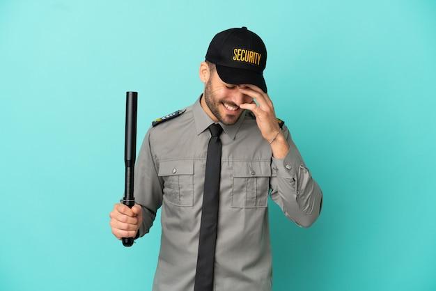 Молодой человек службы безопасности, изолированные на синем фоне смеясь