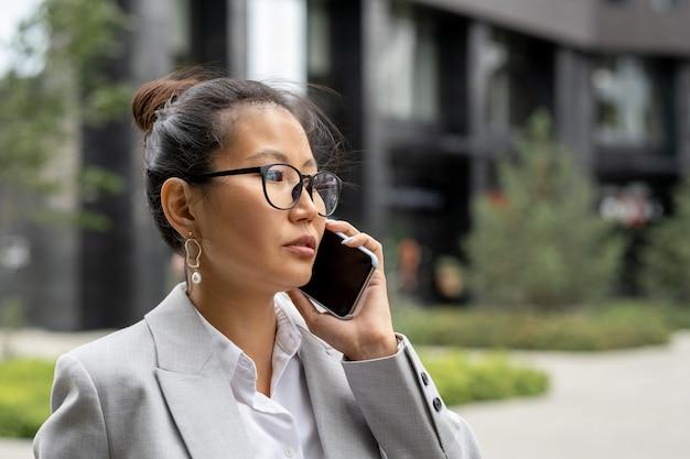 비즈니스 파트너를 호출하는 젊은 심각한 아시아 사업가