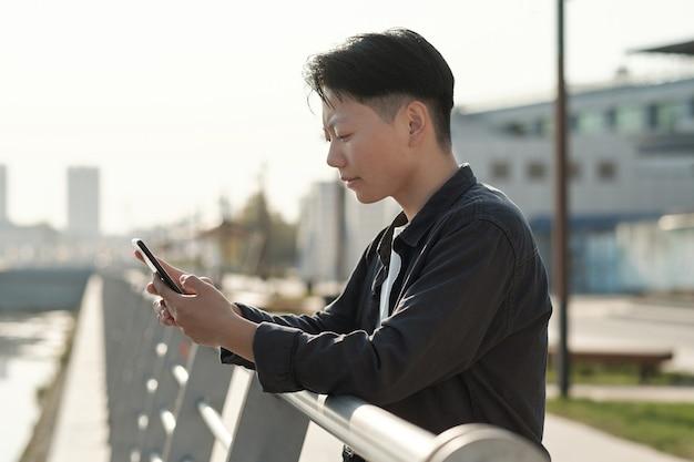 스마트폰 화면을 보고 있는 젊은 진지한 사업가