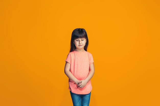 若い深刻な思慮深い十代の少女。疑いの概念。