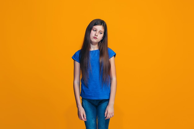 Giovane ragazza teenager premurosa seria. concetto di dubbio.