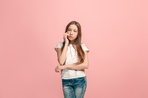 Молодая серьезная вдумчивая девушка-подросток сомневается в концепции