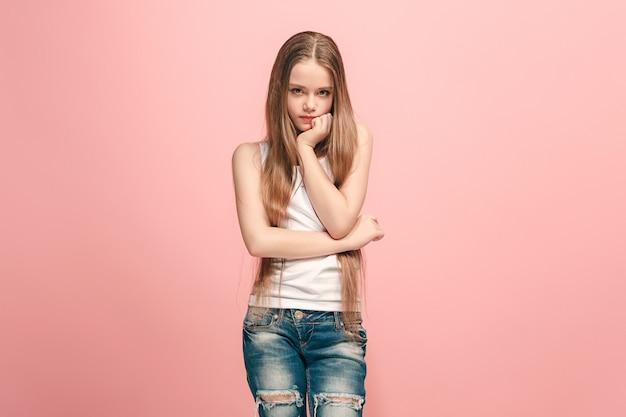 Молодая серьезная вдумчивая девочка-подросток.