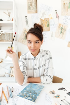 若い深刻な女性のファッションイラストレーター