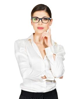 Молодая серьезная женщина в очках и белой рубашке с проблемами изолирована на белом фоне