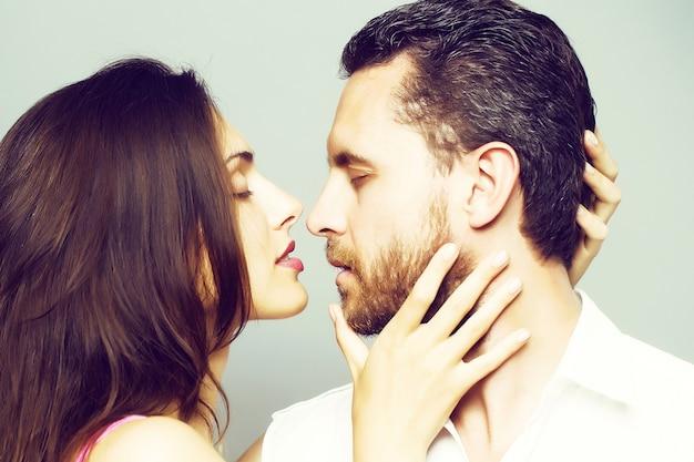 Молодая сексуальная пара в студии