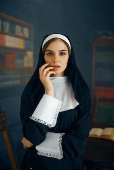 カソックの若いセクシーな修道女、悪質な欲望。修道院の汚い姉妹、宗教と信仰、罪深い宗教的な人々、魅力的な罪人