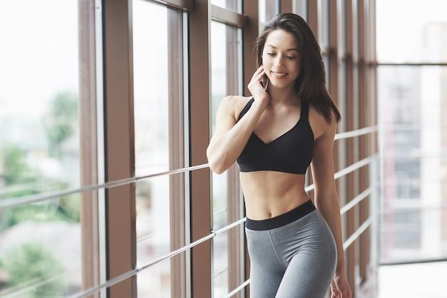 ジムで若いセクシーなスポーツの女性。