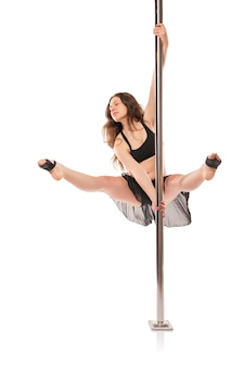 Молодая сексуальная женщина упражнения полюс танец на белом фоне