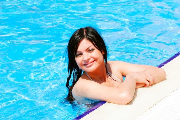 수영장에서 젊은 섹시 한 여자