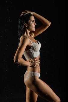 Молодая сексуальная женщина в белом белье. фото водостудии.