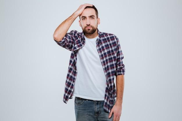 Молодой шокирован бородатый мужчина в рубашке