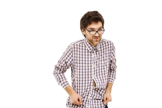 Молодой застенчивый умный мужчина гик улыбается