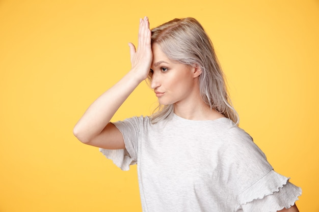 頭の痛みを持つ若い病気の女性。頭痛の概念。
