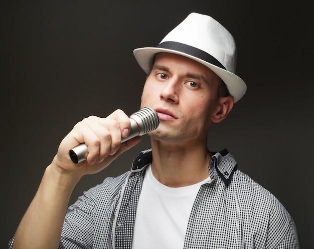 マイクを持つ若い歌手の男