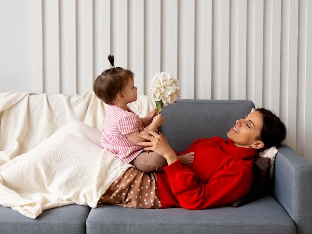 Giovane madre single che trascorre del tempo con sua figlia