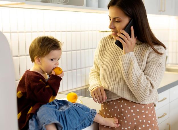 Молодая мать-одиночка проводит время со своей дочерью
