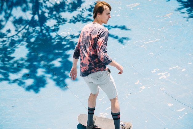 화창한 날에 진입로에 젊은 스케이트 보더