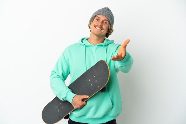 고립 된 젊은 스케이팅 금발 남자