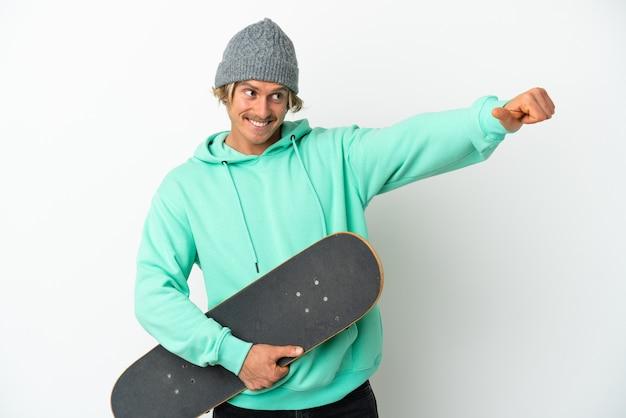 若いスケーターブロンドの男