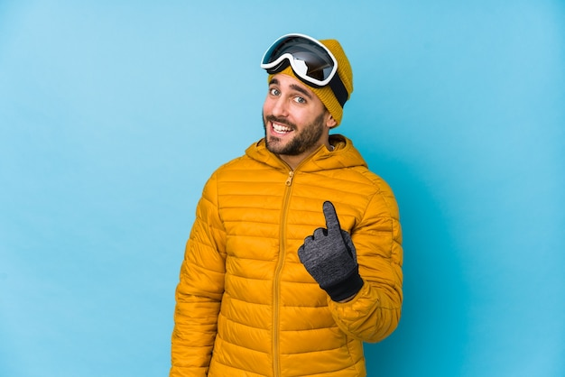 若いスキーヤーの白人男性は、誘うようにあなたに指を向けて孤立しました。