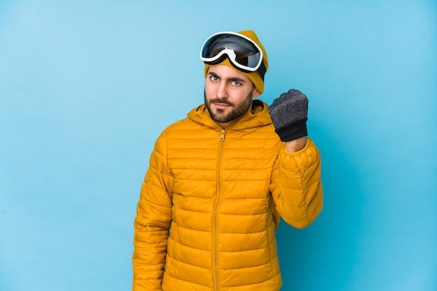 拳を示す若いスキーヤー白人男