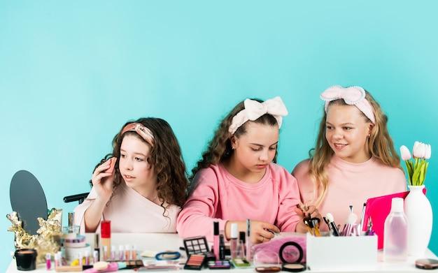 젊은 피부 관리. 가장 친한 친구. 조심스럽게 청소하십시오. 아름다움과 패션. 함께 화장을 하는 소녀들. 어린이용 화장품. 화장품 가게. 자매의 행복. 키즈 메이크업. 피부 관리 개념입니다.