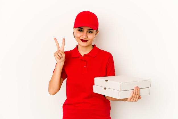 若いスキニーアラブピザ配達の女の子は陽気で自信を持って大丈夫なジェスチャーを示しています。