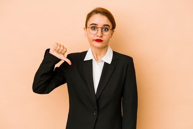 젊은 마른 백인 비즈니스 여자는 싫어하는 제스처를 보여주는 절연, 아래로 엄지 손가락. 불일치 개념.
