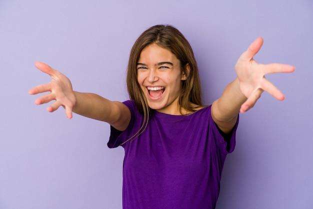 紫色の若い細い白人の女の子のティーンエイジャーは抱擁を与えることに自信を持っています