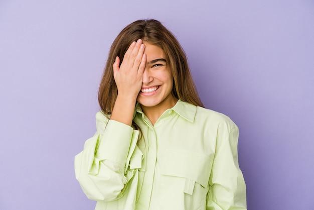手のひらで顔の半分を覆うことを楽しんで、紫色の若い細い白人の女の子のティーンエイジャー。