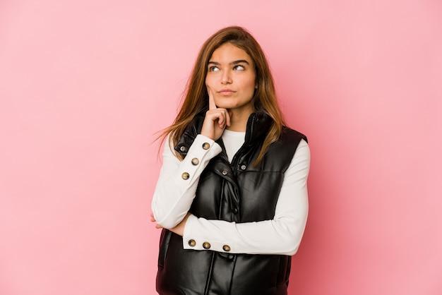 Молодая тощая кавказская девушка-подросток размышляет, планирует стратегию, думает о способе ведения бизнеса.
