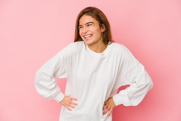 若い細い白人のティーンエイジャーの女の子は笑って目を閉じ、リラックスして幸せに感じます。