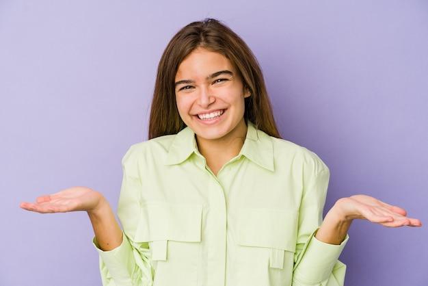 환영 식을 보여주는 젊은 마른 여자 십 대 벽