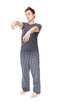 Молодой сонный человек, страдающий сомнамбулизмом на белом фоне
