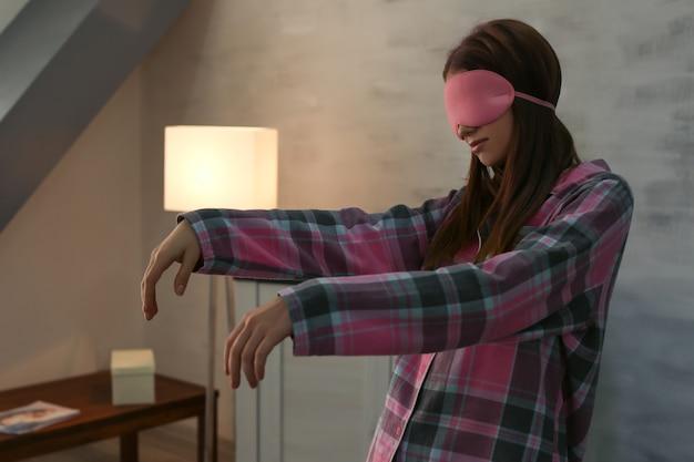 Молодая сонная женщина, страдающая сомнамбулизмом дома