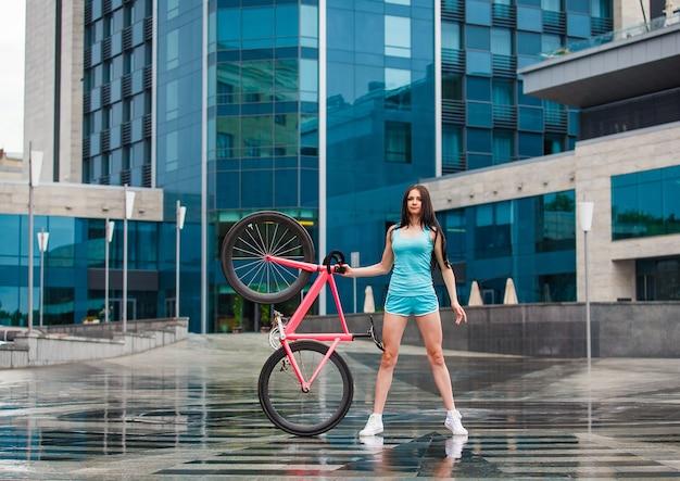Молодая стройная сексуальная спортивная женщина на велосипеде