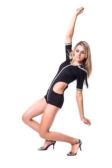 若いスリムな女性ゴーゴーダンサーは白い背景で隔離