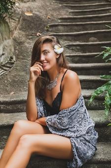 열대 발리 빌라의 젊은 슬림 여성, 섹시 란제리, 관능적이고 아름답고 유혹적이며 검게 그을린 피부, 트렌디 한 의류, 에스닉 보헤미안 스타일, 잠옷, 케이프, 자연의 아름다움