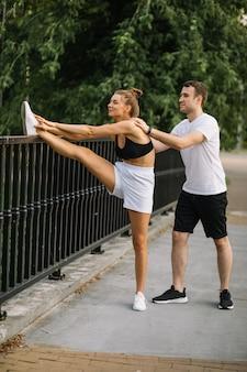 젊은 슬림 여성 개인 스트레칭 훈련, 스포츠 라이프 스타일 fof 커플