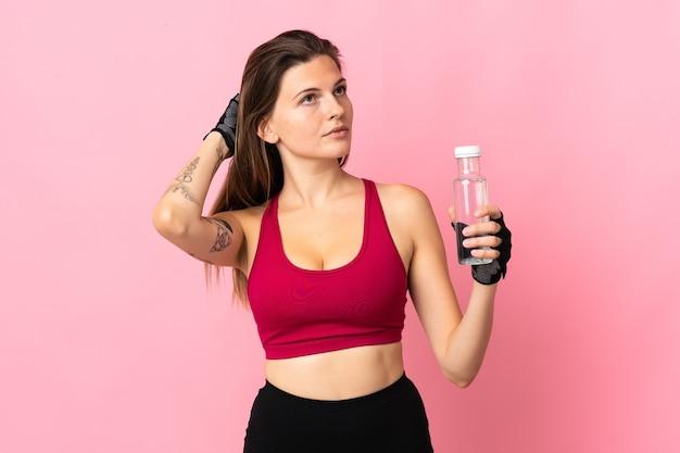 스포츠 물병 핑크에 고립 된 젊은 슬로바키아어 여자