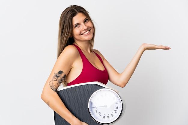 Молодая словацкая женщина, изолированные на белом фоне с весами