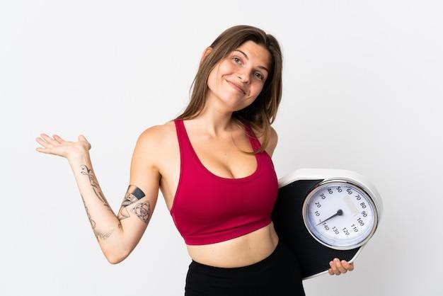 Молодая словацкая женщина, изолированная на белой стене с весами